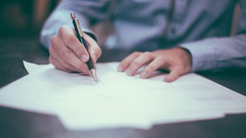proprietar care semneaza contract de vanzare-cumparare