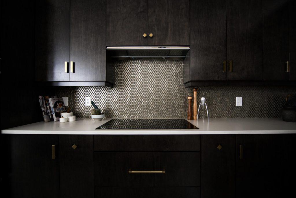 design bucatarie nuante negre accente aurii